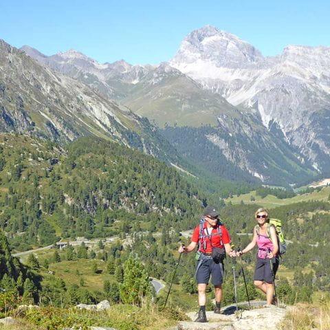 Begeisterte Wanderer beim Bergaufstieg