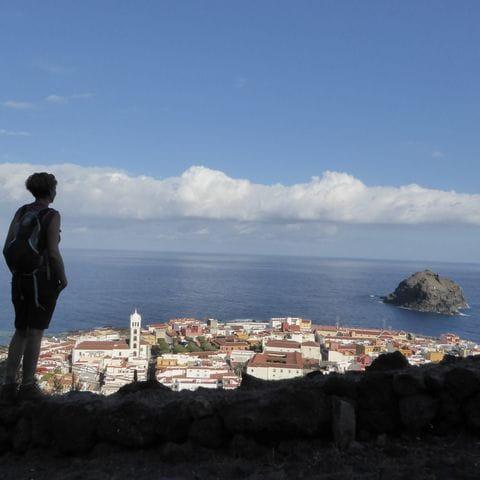 Wanderer blickt auf Garachico