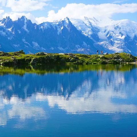 Bergsee mit Sicht auf den Mont Blanc