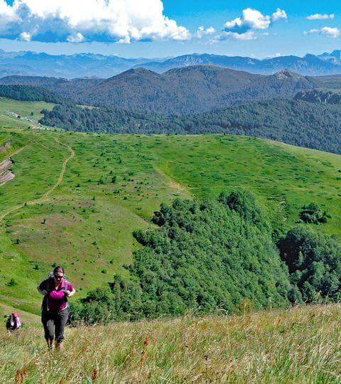 Wandern durch die grünen Hochebenen der Bjelasica Berge