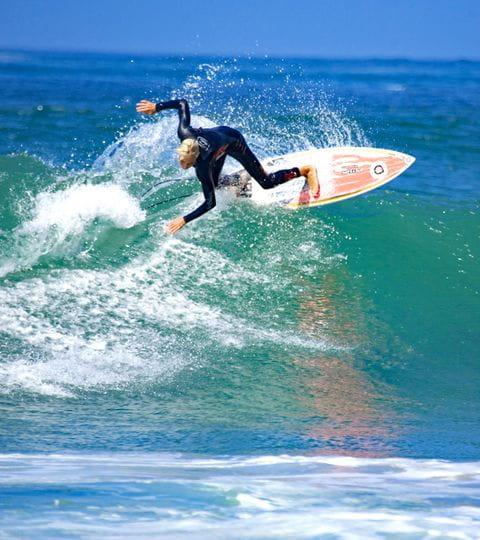 Surfer auf der Welle in Portugal