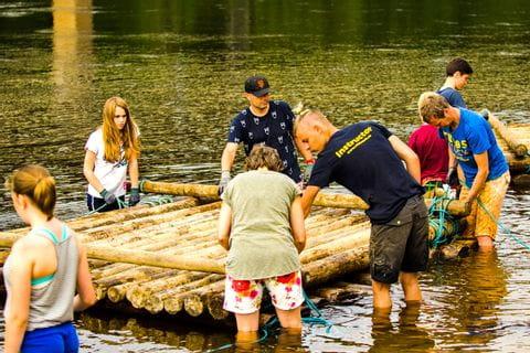 Gruppe beim Flossbau in Schweden
