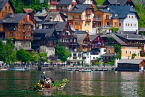 Geschmücktes Boot vor der Kulisse von Hallstatt