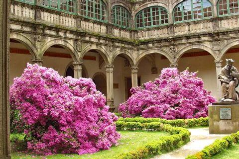 Beeindruckender Innenhof mit Blumen entlang der Wanderreise