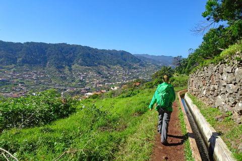 Wandern entlang gepflegter Levada Wege hoch über Machico