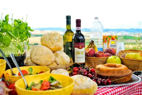 Gedeckter Picknicktisch mit Wein in der schönen Toskana
