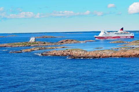 Schiff an der Küste Finnlands