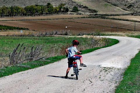 Kind am Radweg in Sardinien