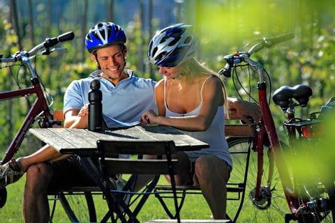Radfahrer machen Pause auf dem Neckar Radweg