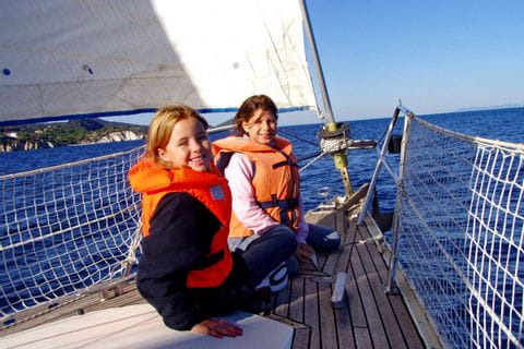 Kinder an Deck am Segelschiff