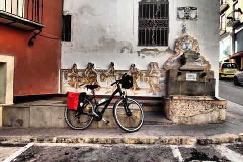 Rad vor antiker Hausswand in Agres
