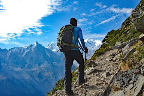 Steiniger Wanderweg mit Blick auf den Mont Blanc