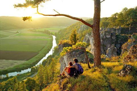 Wanderrast mit Panoramablick an der Altmühl