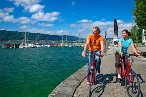Radfahrer am Ufer des Bodensees
