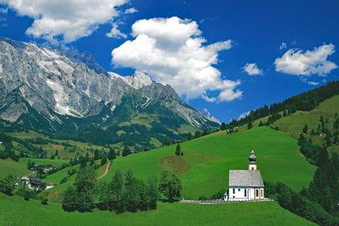 Blick auf die Berge und eine kleine Kirche