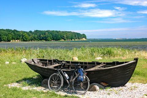 Fahrrad vor Boot an der Ostseeküste