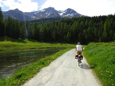 Radfahrer am Innradweg mit Blick auf Bergpanorama
