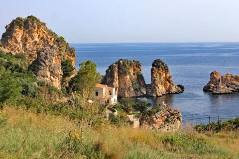 Felslandschaft an der Küste bei Tonnara di Scopello