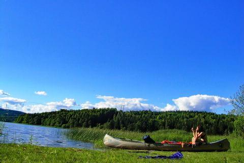 Pause am Ufer mit dem Kanu in Schweden