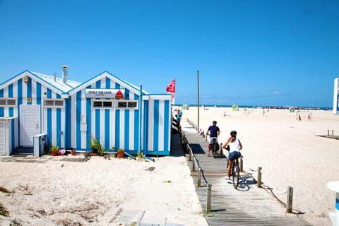 Radfahrer an einer Strandbar in Portugal