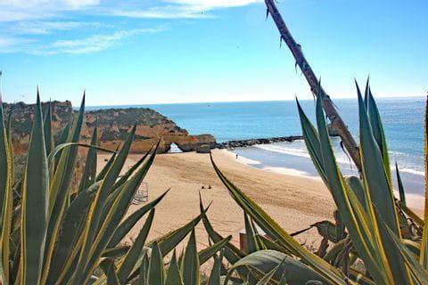 Blick über den fast menschenleeren Strand bei Sonnenschein