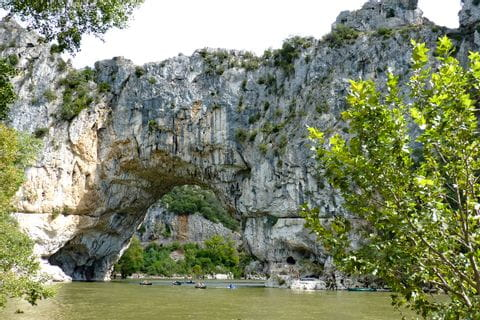 Fahrt auf der Ardeche mit dem Kanu mit Blick auf das Felsloch