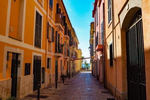 Gelbe Häuserzeile in der Altstadt von Palma