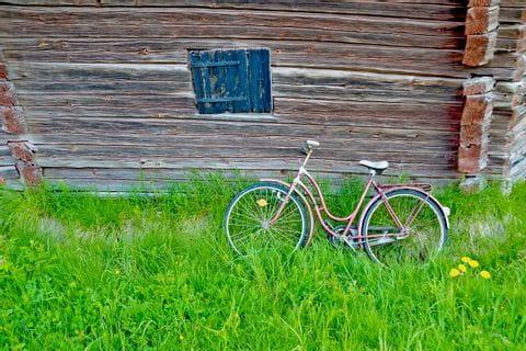 Altes Fahrrad vor einer Scheune