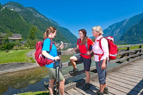 Wandergruppe am Seeuferweg nach Hallstatt