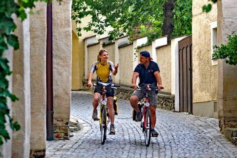 Zwei Radfahrer in enger Gasse