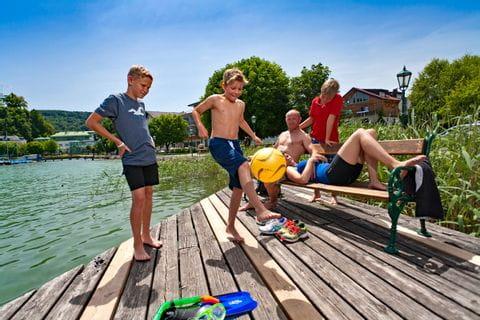 Familie spielt am Mattsee beim Familienurlaub im Salzburger Land