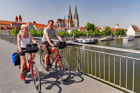 Radfahrer auf Brücke auf dem Weg nach Regensburg