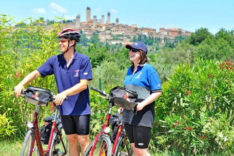Zwei Radler vor San Gimignano