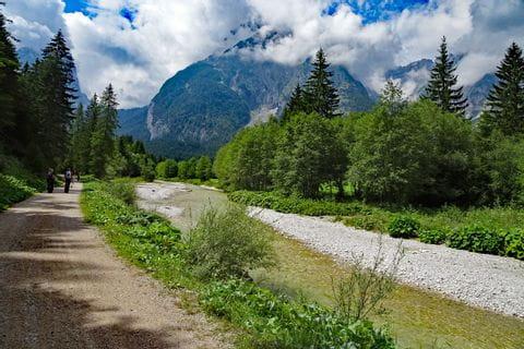 Gut begehbare Forststraßen durch das Leutaschtal entlang der Leutascher Ache