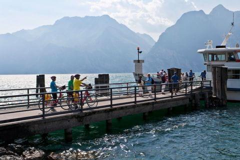 Radfahrer auf Pier am Gardasee