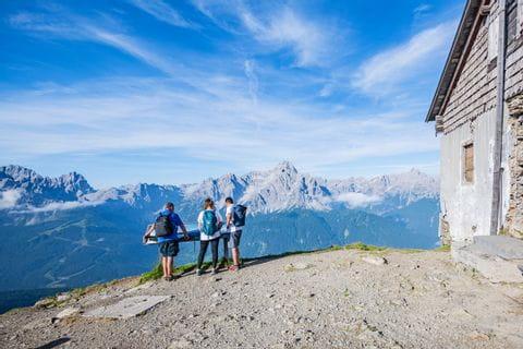 Die Wanderungen führen vorbei an urigen Berghütten