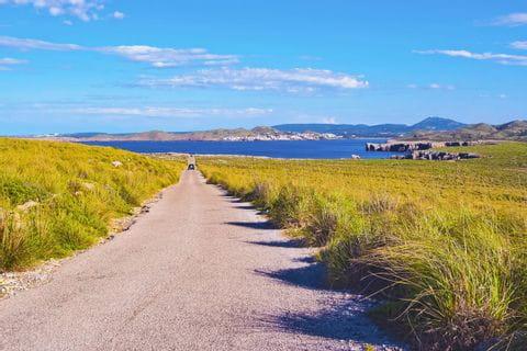 Einsame Wanderwege am Meer auf Menorca
