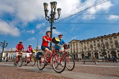 Gruppe Radfahrer auf der Piazza Vittorio Veneto in Turin