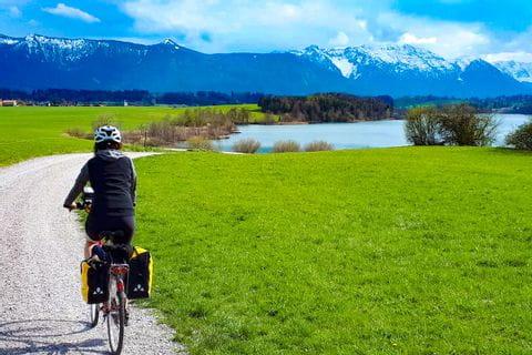 Radfahrer auf dem Radweg Richtung Staffelsee
