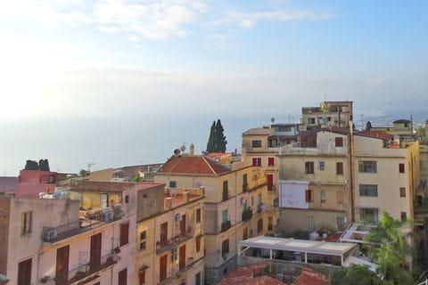 Panoramablick über die Dächer und auf das Meer Taorminas
