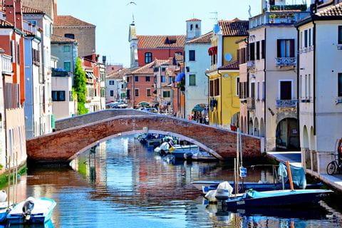 Brücke und bunte Häuser in Chioggia
