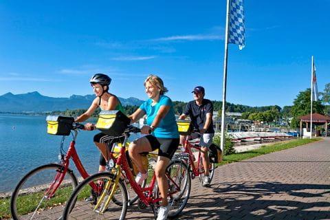 Eurobike Radler auf Radweg in Prien am Chiemsee