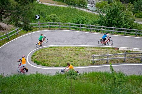 Radfahrer auf Serpentinen-Radweg