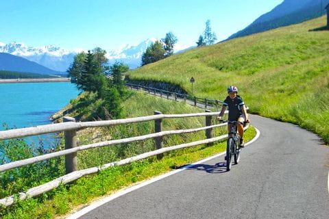 Radfahrer am Reschensee