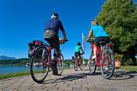 Radfahrer auf der Promenade in Prien am Chiemsee
