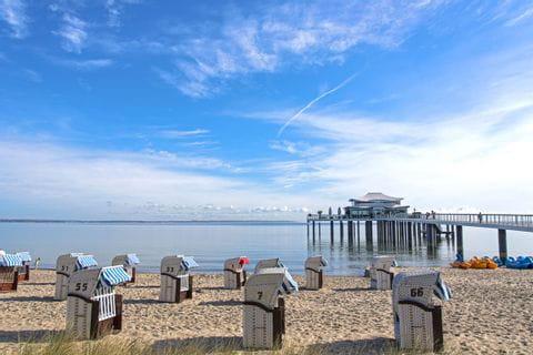 Strandkörbe warten bei strahlend blauem Himmel auf die Besucher in Timmendorfer Strand