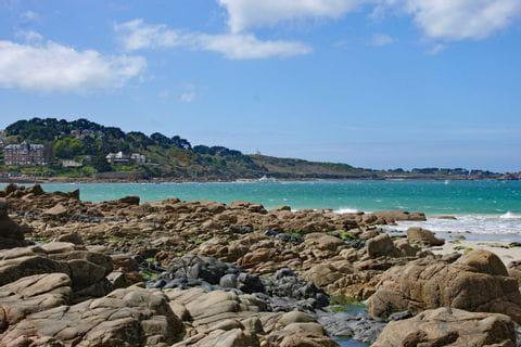 Wunderschönes Küstenpanorama beim Wandern in der Bretagne