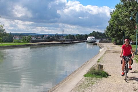 Radfahrer entlang des Kanals