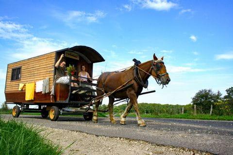 Familienfahrt mit dem Zigeunerwagen durch die Landschaft