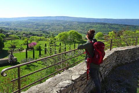 Mediterrane Vegetation und Architektur weit unter dem Dorf Goult